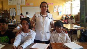 Una professora educant els seus alumnes en salut ocular
