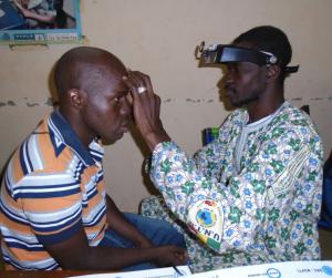 Un oftalmòleg revisa els ulls a un pacient a Mali