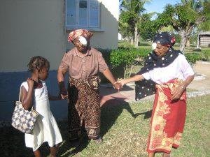 Mujeres después de intervención ocular en Mozambique