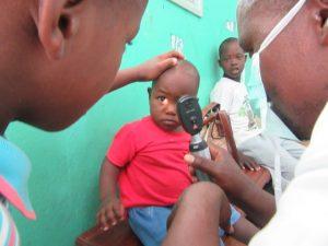 Revisió dels ulls a un home a una consulta de Inhambane