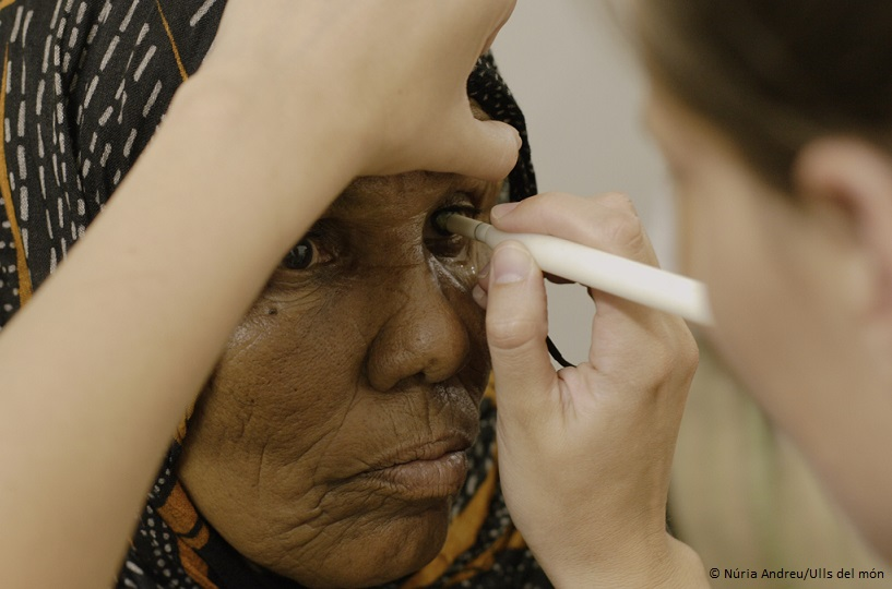 Eye treatment to a Sahrawi woman