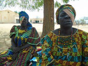 Mujeres malienses después de intervención ocular