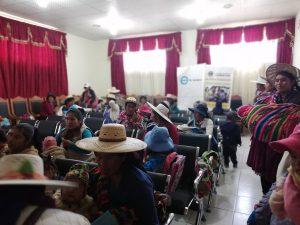 Mujeres bolivianas haciendo formación sobre salud ocular