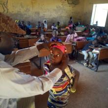 Revisión ocular a una niña en la escuela