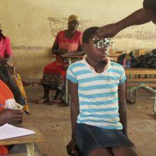 Revisión ocular a un niño en Mozambique