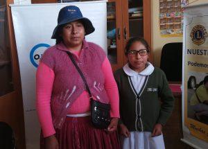 Nena amb ulleres graduades amb la seva mare