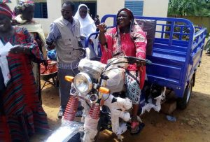 Mujer conduciendo la mototaxi