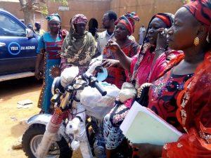 Grupo de mujeres junto a la mototaxi