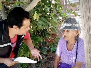 Margarita hablando con un colaborador de Ojos del mundo