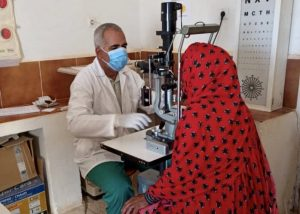 Metge atén consulta oftalmològica
