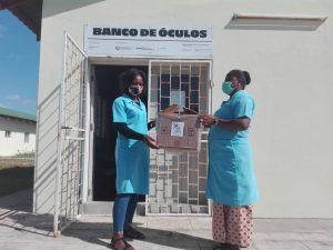 Dues dones del Banco de Óculos de Vilankulo reben material de suport de la Fundació Nando & Elsa Peretti
