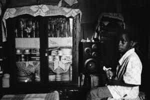 Infant escoltant la ràdio. Foto d'Elisenda Pons/Inhambane