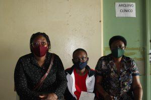 Arsen, su tía Lucrecia y su abuela María en la consulta oftalmológica