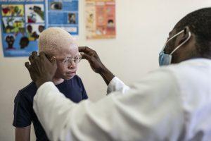 Un noi albí emprovant-se unes ulleres