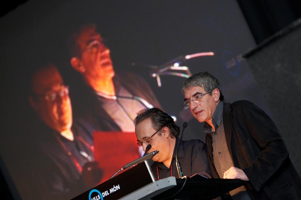 Joan Barril y Joan Ollé leyendo el texto Colores durante la celebración de La Noche de los Ojos del mundo 2008