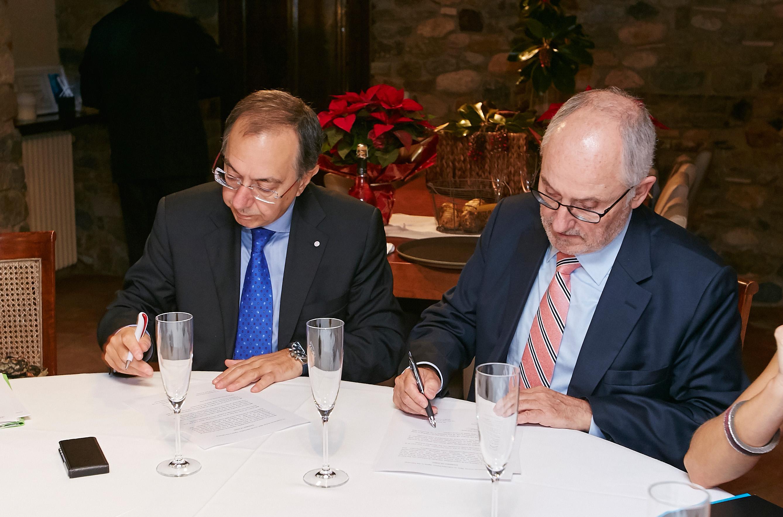 El president de la Fundació i el d'ESASU signant l'acord