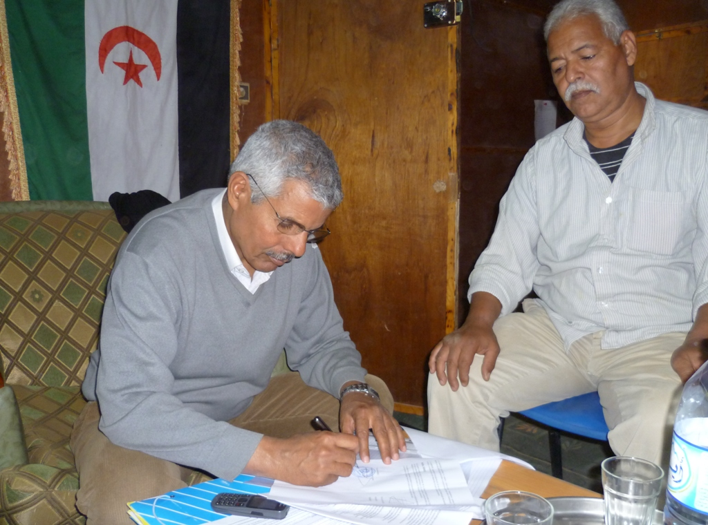 El Ministre de salut pública, Sr. Mohamed Lamin i el responsable d'assistència mèdica del Ministeri de Salut de la RASD